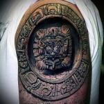 тату каменный отпечаток - мужская татуировка на плече