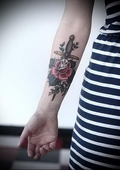 тату кинжал в розе - женская татуировка на руку