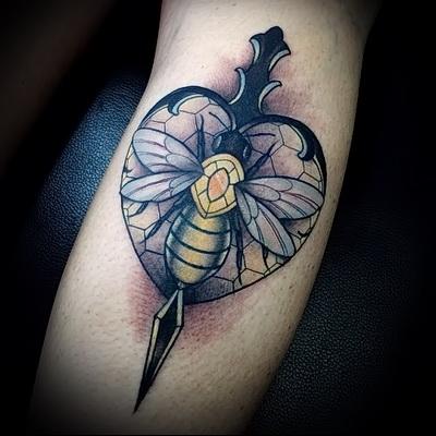 тату кинжал и пчелка