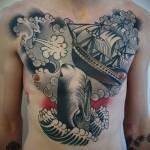 тату кит и парусник - мужская татуировка на грудь
