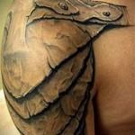 тату кожаный наплечник (доспехи) - мужская татуировка на плече