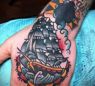 тату корабль на руке картинка