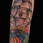 тату корабль на руке 1