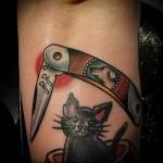тату кошка и перочинный ножик с инициалами
