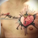тату красное сердце и ключи от него - мужская татуировка на грудь