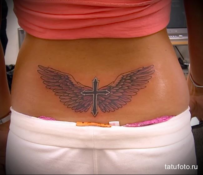 тату крест и крылья - татуировка на пояснице женская фото