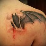 тату крыло летучей мыши - мужская татуировка на плече