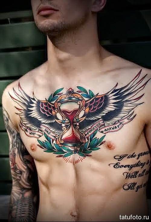 тату крылья и песочные часы с кровью - мужская татуировка на грудь