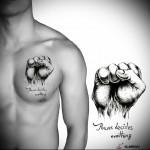 тату кулак и надпись с эскиза на тело - мужская татуировка на грудь