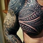 тату маори на всб руку с узорами и символами - мужская татуировка на плече