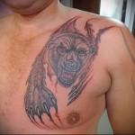 тату медведь разрывает плоть - мужская татуировка на грудь