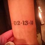 тату надпись дата на запястье