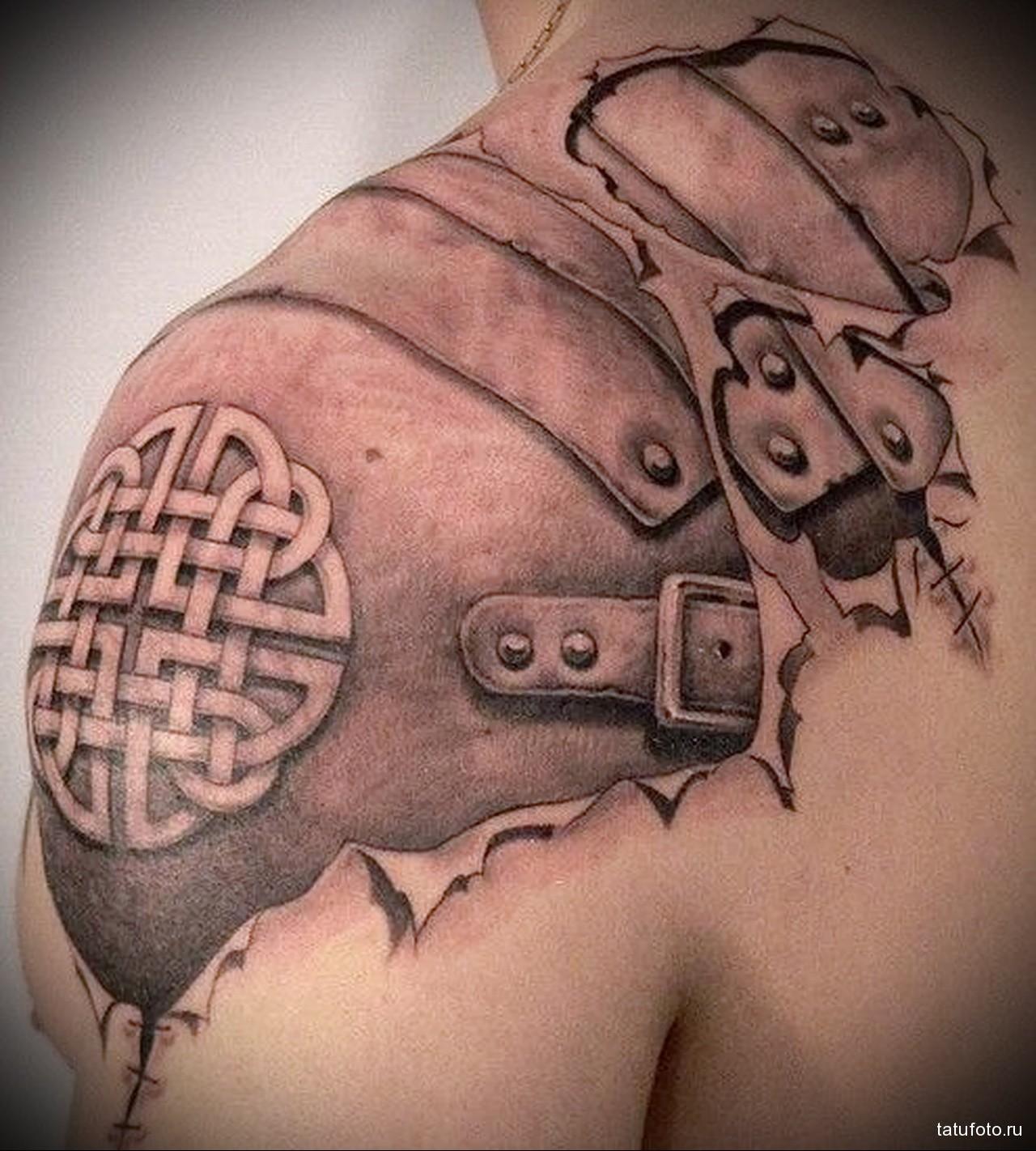 тату наплечник с символом (кажаный доспех) - мужская татуировка на плече