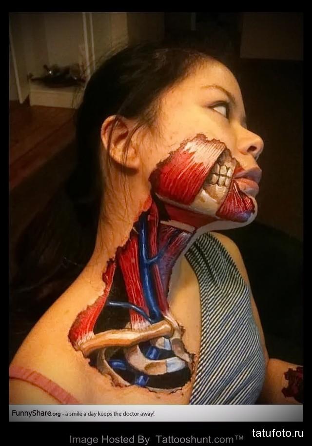 тату на лице девушки которая показывает мышцы под кожей
