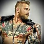 тату олдскул на груди стильного парня - мужская татуировка на грудь