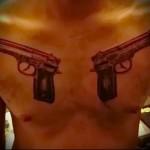 тату пистолеты - мужская татуировка на грудь
