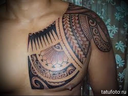 тату простой узор маори на пол груди - мужская татуировка на грудь