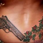 тату револьвер и цветы ТАТУ НА ПОЯСНИЦЕ МУЖСКАЯ