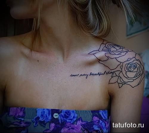 тату розы и надписи на плече девушки
