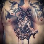 тату сердце в ладони и череп - мужская татуировка на грудь