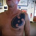 тату символ выполнена в стиле блек ворк - мужская татуировка на грудь