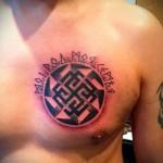 тату славянская руна в круге и символы - мужская татуировка на грудь