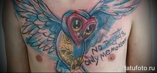тату сова и надпись - никаких сожалений - только воспоминания - мужская татуировка на грудь