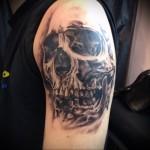 тату страшный череп - мужская татуировка на плече