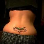 тату стрекоза с зелеными крыльями - татуировка на пояснице женская фото