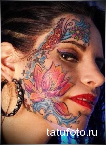 тату с цветами и бабочками на лице у девушки