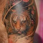 тату тигр пьет воду - мужская татуировка на плече