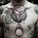 тату треугольники и священник на коленях - мужская татуировка на грудь