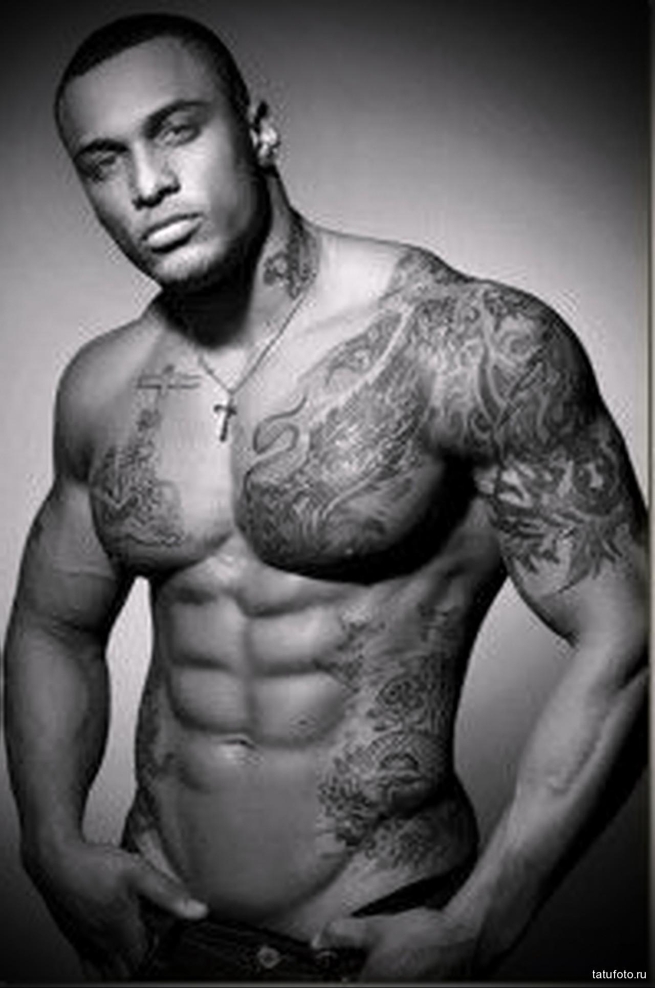 тату у подкачанного афроамериканца - мужская татуировка на плече