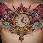 тату часы крылья и мечи - мужская татуировка на грудь