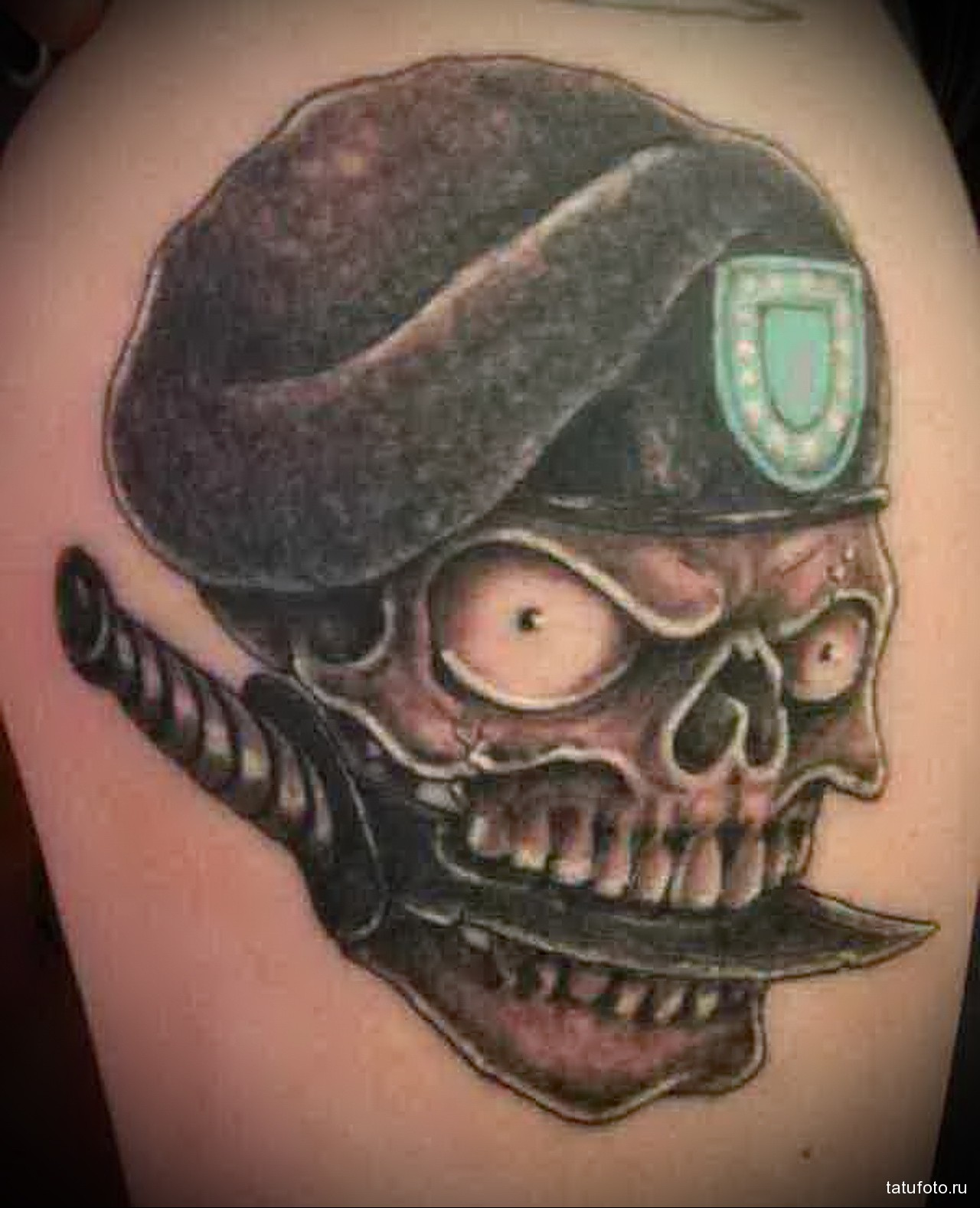 тату череп в берете и кинжал в зумах - мужская татуировка на плече