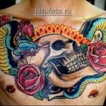 тату череп, звея и цветы розы - стиль олд скул - выполнена на груди