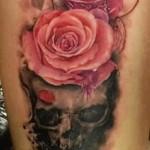тату череп и красные розы на ногу девушке