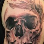 тату череп с дыркой от пули - мужская татуировка на плече