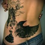 тату черный ворон и дерево - татуировка на пояснице женская фото