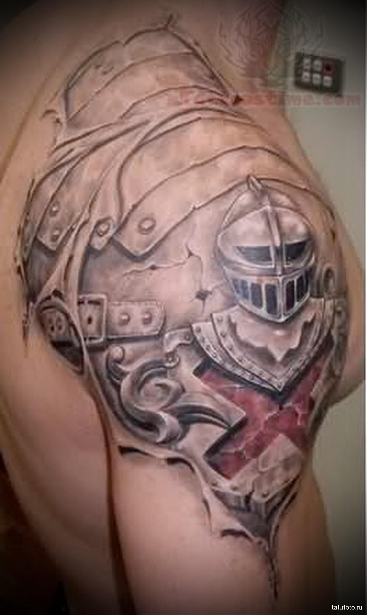 тату шлем рыцаря и доспехи - мужская татуировка на плече
