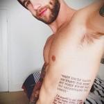 текст из книги в тату на боку у мужчины