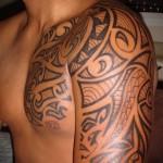 узоры в тату - мужская татуировка на плече