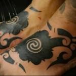 узоры со спиралями - татуировка на стопе мужская - фото