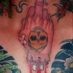 фак - средний палец и череп - татуировка на шее мужчины - фото