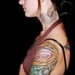 фото девушк с цыетной тату на голове
