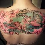 цветная картина с птицами и цветущим деревом тату на спине женская