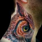 цветная сова - татуировка на шее мужчины - фото