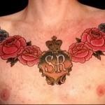 цветы, корона и сердце с инициалами - мужская татуировка на грудь
