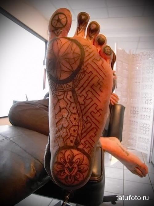 цветы на стопе татуировка на ноге мужская