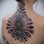 цветы - узоры и мандала тату на спине женская